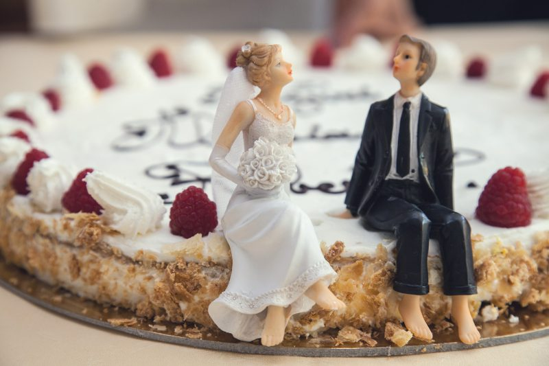 Figurki na tort weselny – śmieszne czy klasyczne?